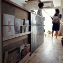 『a continue』 ― 「これから」を描く部屋の写真 キッチン腰壁のマガジンラック