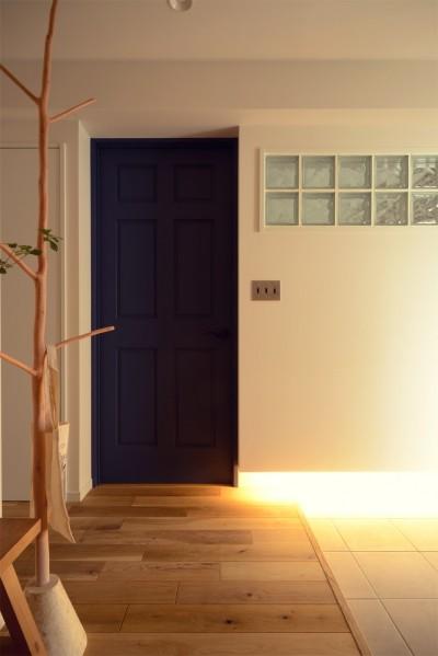寝室ドアと玄関 (『a continue』 ― 「これから」を描く部屋)