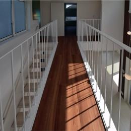 2階の廊下はリビングと一体化し、ブリッジ(橋)になりました。 (都内郊外型、1種低層の重厚な家)