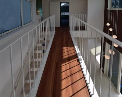 都内郊外型、1種低層の重厚な家 (2階の廊下はリビングと一体化し、ブリッジ(橋)になりました。)
