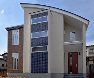 都内郊外型、1種低層の重厚な家 (青を強調した外観)