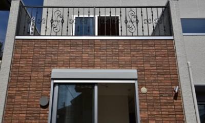 都内郊外型、1種低層の重厚な家 (鋳物製作もののフェンス)