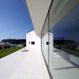 浅薄の家(せんぱくのいえ)~海を眺める白い家~ (海と庭を楽しめるプライベートなタイルテラス)