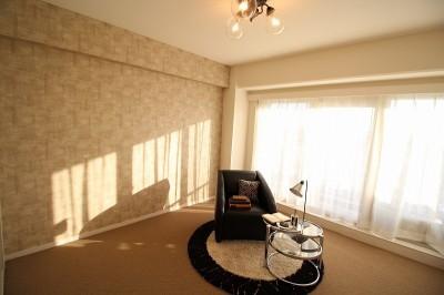 落ち着きのある個室 (壁紙で楽しむ内装リフォーム 飽きのこないシンプルカラー)