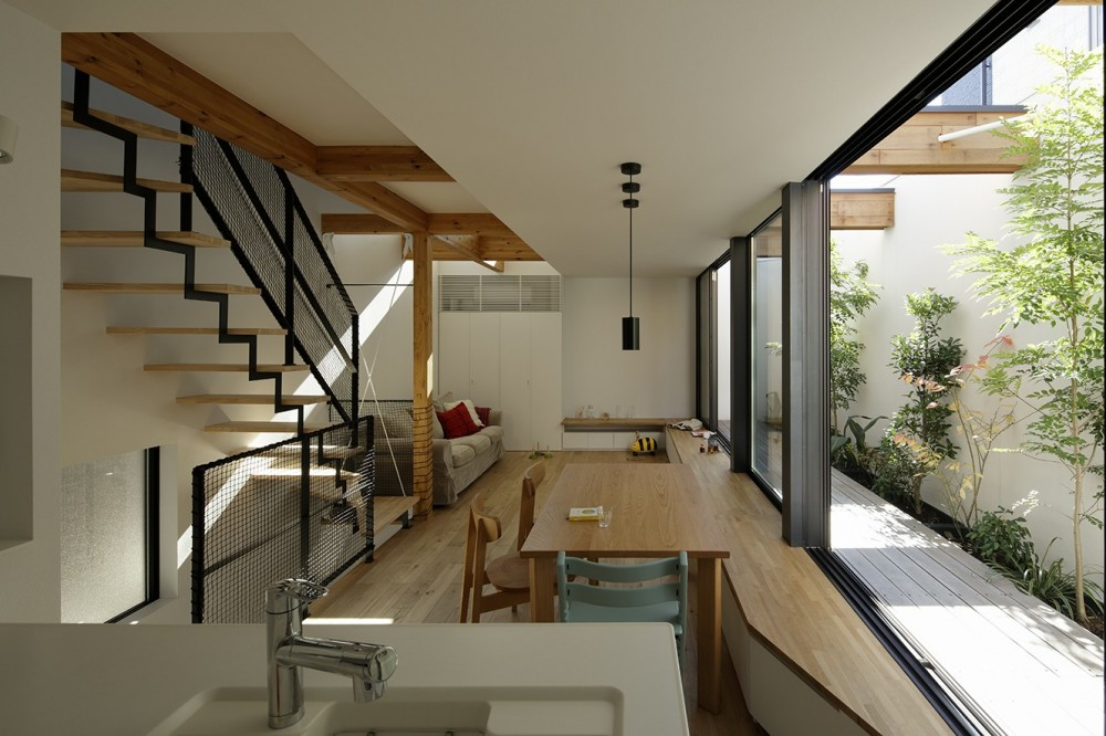 ソト部屋ウチ庭の家 (LDKと一体のテラス)