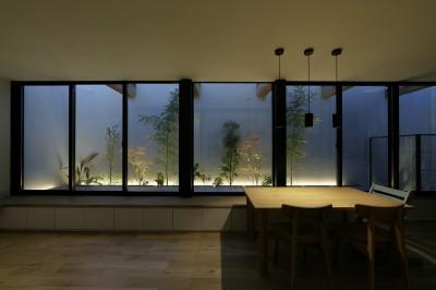 LDKと一体のテラス (ソト部屋ウチ庭の家)