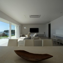 白を基調としたLDK (浅薄の家(せんぱくのいえ)~海を眺める白い家~)