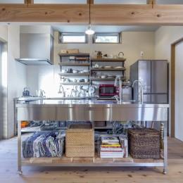 キッチン (自然素材に囲まれた個性豊かな終の住処)