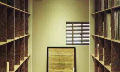 O邸-趣味とともに暮らす。リビングを充実した生活空間に (廊下)
