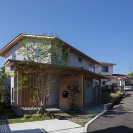 アプローチと格子 (飯倉の家)