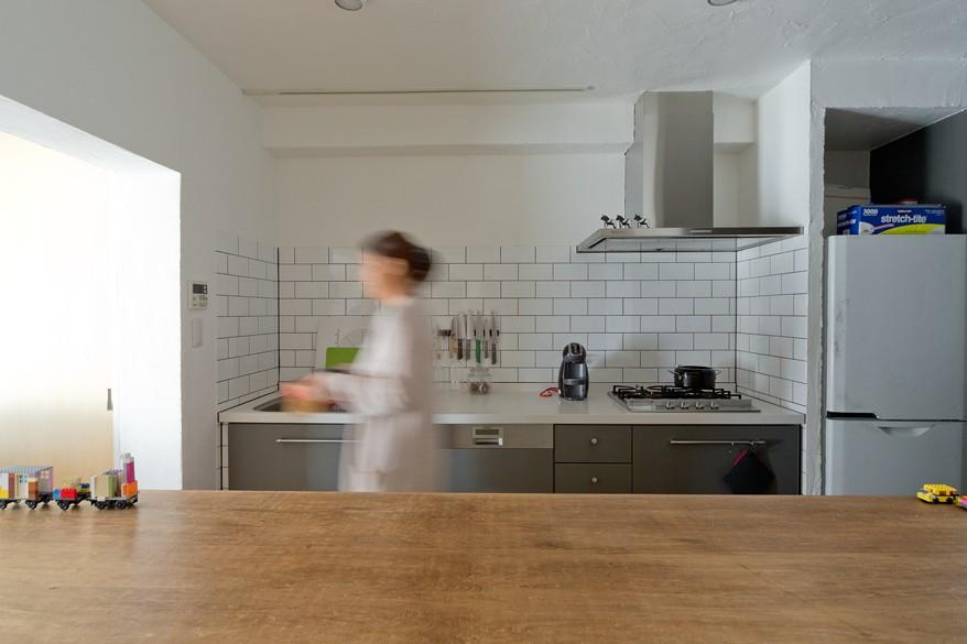 明るく開放的なキッチン (一緒に作るDIY住宅)