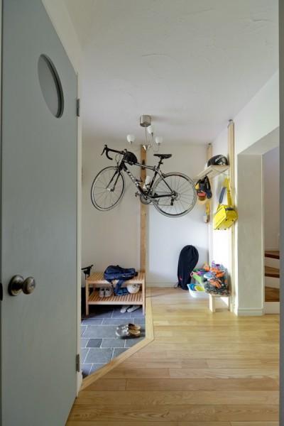 玄関は必要最低限の広さに。 (一緒に作るDIY住宅)