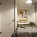 デコレーション・ハウスの写真 就寝時に使う小物は有孔ボードを使って収納@デコレーション・ハウス