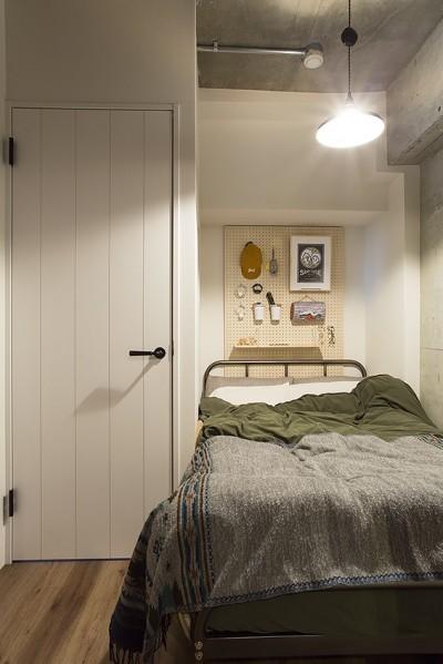 就寝時に使う小物は有孔ボードを使って収納@デコレーション・ハウス (デコレーション・ハウス)