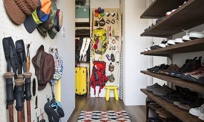 有孔ボードで壁面収納を多用した玄関@デコレーション・ハウス|デコレーション・ハウス