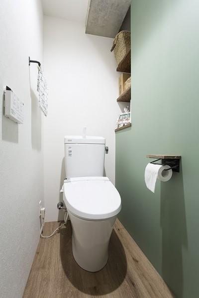 マットグリーンのアクセントウォールトイレ@デコレーション・ハウス (デコレーション・ハウス)