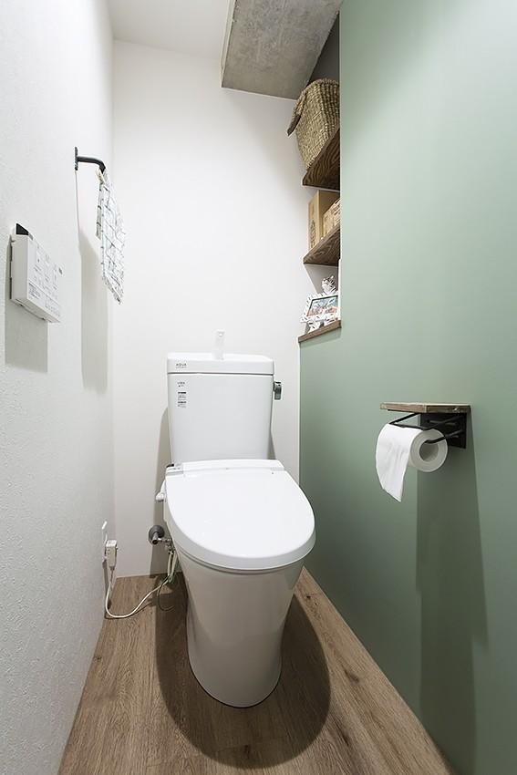 デコレーション・ハウス (マットグリーンのアクセントウォールトイレ@デコレーション・ハウス)