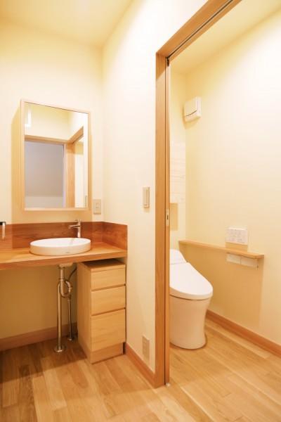 パウダールームも兼ねた洗面室とトイレ (珪藻土の自然素材リフォーム)