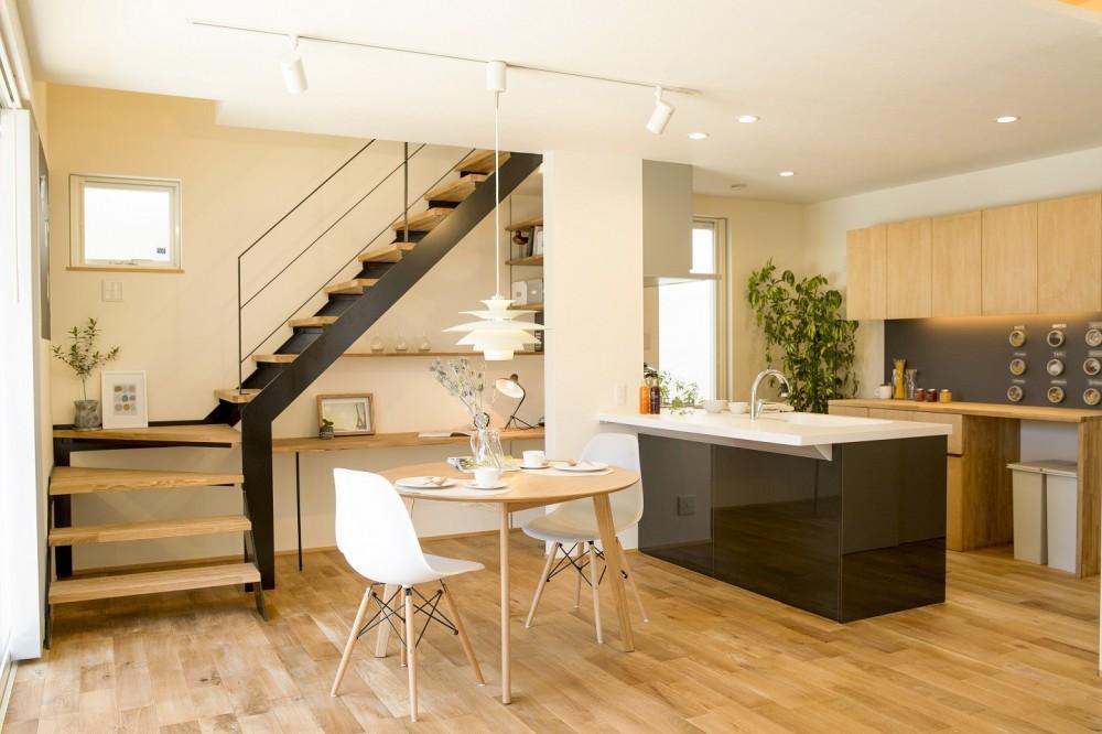 鉄骨階段があるやさしい木の家 (お庭やリビングを見渡せるオープンキッチン)