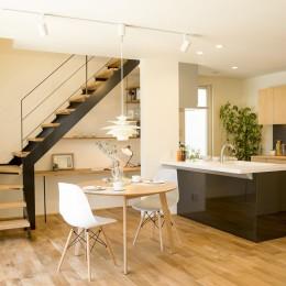 鉄骨階段があるやさしい木の家