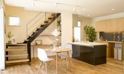 お庭やリビングを見渡せるオープンキッチン|鉄骨階段があるやさしい木の家