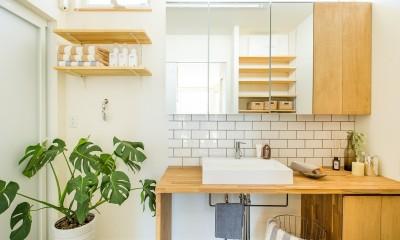 タイルを使ったおしゃれな造作洗面。収納量も抜群です!|鉄骨階段があるやさしい木の家