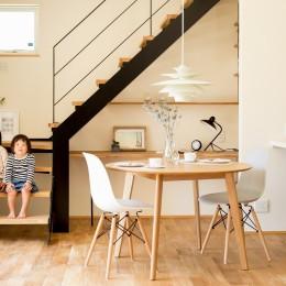 鉄骨階段があるやさしい木の家 (こだわりの鉄骨階段とデスクスペース)