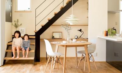こだわりの鉄骨階段とデスクスペース|鉄骨階段があるやさしい木の家