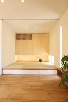 鉄骨階段があるやさしい木の家 (吊り上げ収納のある和室)
