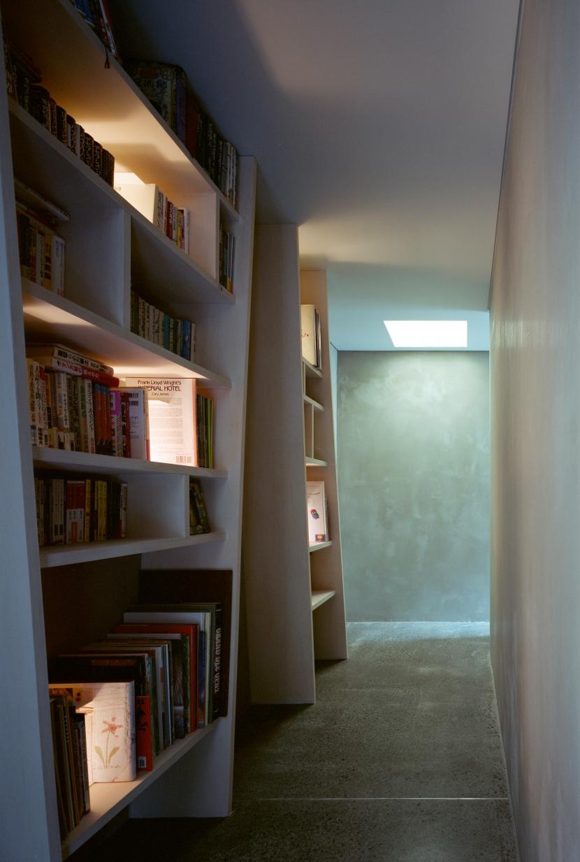 八王子ツリーハウスの部屋 書棚