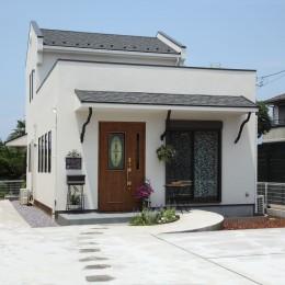 小さなイングリッシュコテージレストラン、まあさの家 (流木の方立がアクセントの外観)