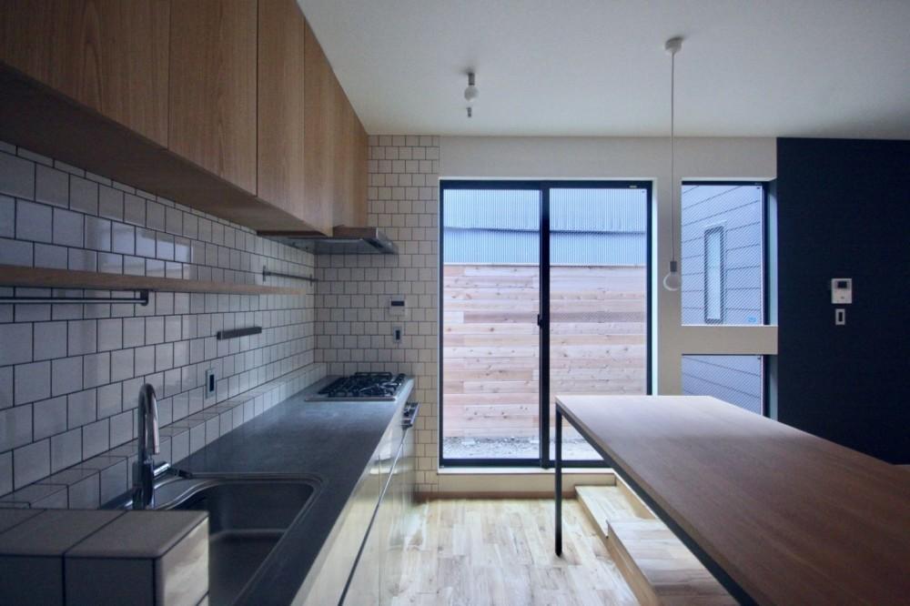 三国の住宅:大阪のデザイン住宅 3階建て (キッチン)