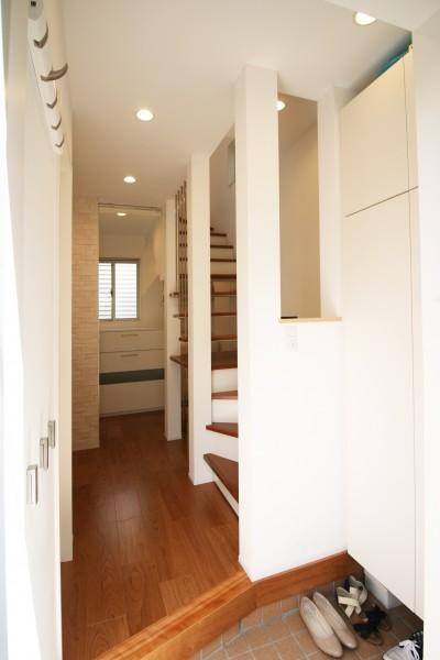 玄関を少しでも開放的に (TWIN SMALL HOUSE)