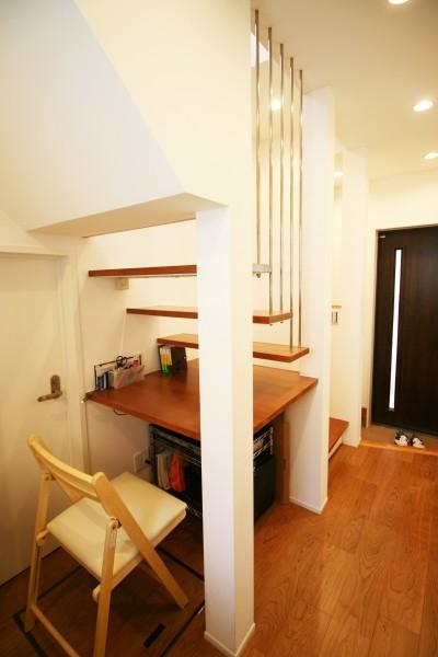 TWIN SMALL HOUSE (階段の4段目が机)