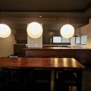 生駒山荘の別荘リノベーション(外国人家族):大阪 中古住宅のリノベーションの写真 ダイニングテーブル. キッチン
