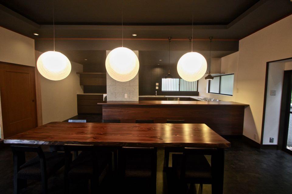 生駒山荘の別荘リノベーション(外国人家族):中古物件のリノベーション (ダイニングテーブル. キッチン)