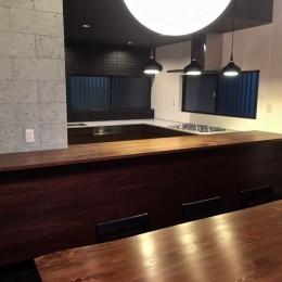 生駒山荘の別荘リノベーション:中古物件のリノベーション (ダイニングテーブル. キッチン)