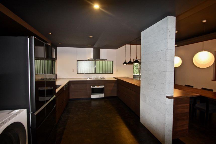 生駒山荘の別荘リノベーション(外国人家族):中古物件のリノベーション (オーダーキッチン)
