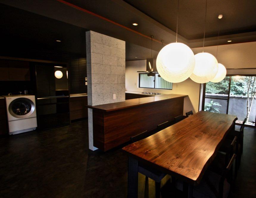生駒山荘の別荘リノベーション(外国人家族):中古物件のリノベーション (ダイニングキッチン)