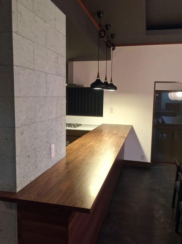 生駒山荘の別荘リノベーション(外国人家族):中古物件のリノベーション (カウンターキッチン)