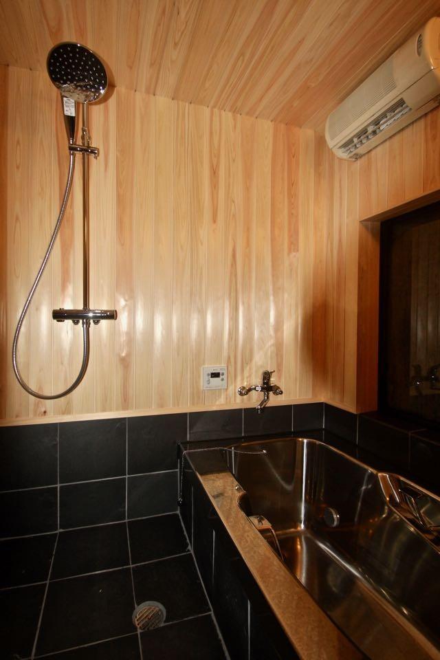 生駒山荘の別荘リノベーション(外国人家族):中古物件のリノベーション (浴室)