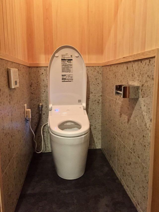生駒山荘の別荘リノベーション(外国人家族):中古物件のリノベーション (トイレ)