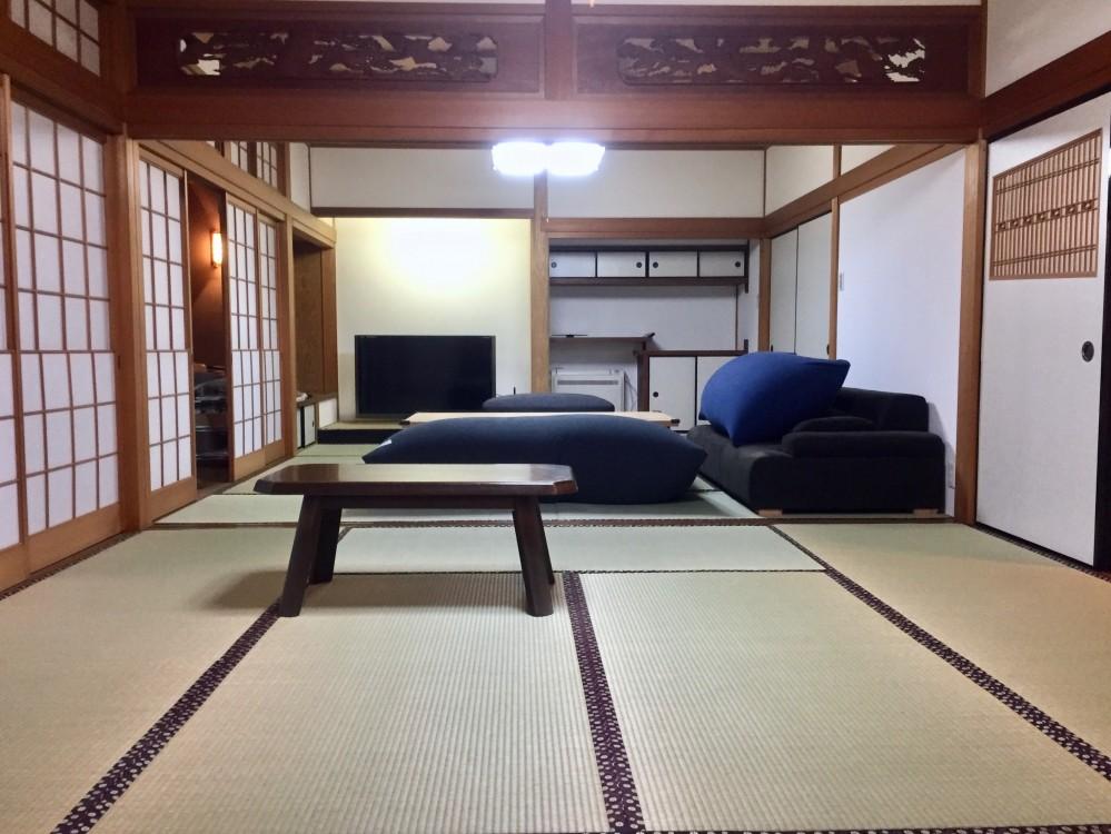 生駒山荘の別荘リノベーション(外国人家族):中古物件のリノベーション (和室リビング)