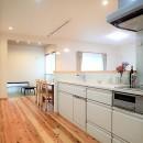 木のぬくもりに包まれたナチュラルテイストの無垢の家の写真 キッチン