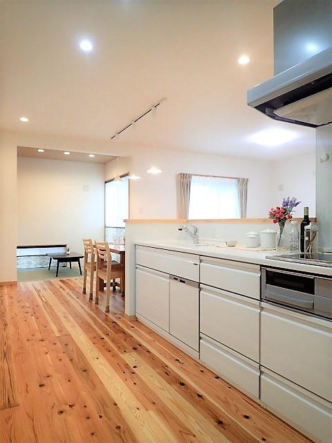 木のぬくもりに包まれたナチュラルテイストの無垢の家 (キッチン)