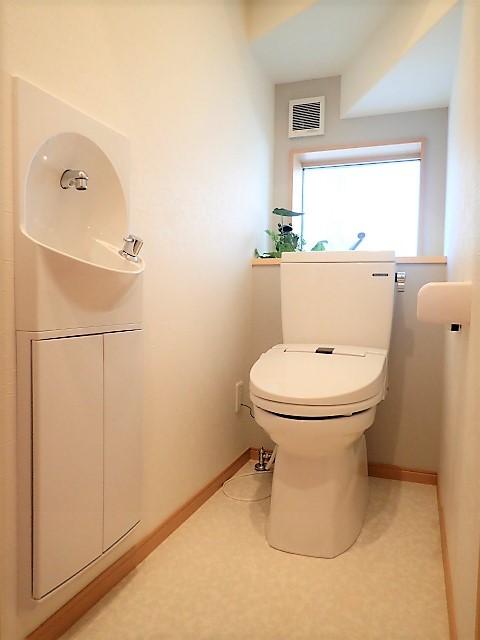 木のぬくもりに包まれたナチュラルテイストの無垢の家 (トイレ)
