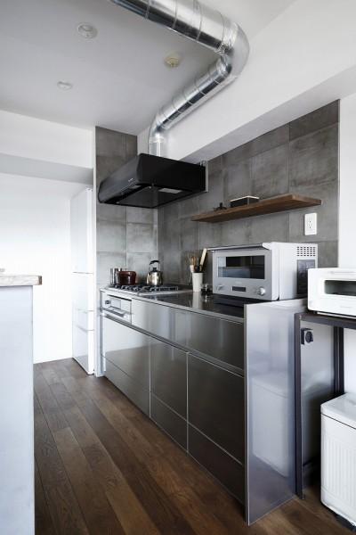 キッチンには大判のタイル (ラフさが心地いい。木のぬくもりと素材感を楽しむ。)