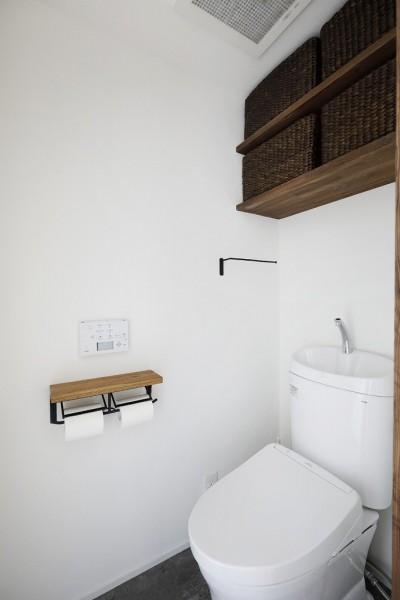 トイレ (ラフさが心地いい。木のぬくもりと素材感を楽しむ。)