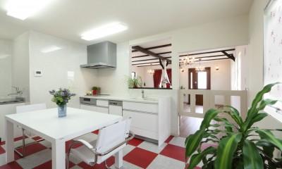 小さなイングリッシュコテージレストラン、まあさの家 (キッチンからスイングドアを開けてレストランへ)