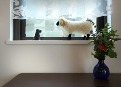 小さなイングリッシュコテージレストラン、まあさの家 (カフェ窓にはイギリスで購入した置物を)